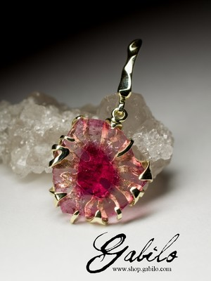 Gold pendant with tourmaline