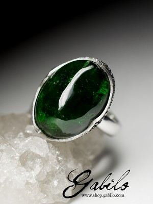 Ring with chrome diopside in silver