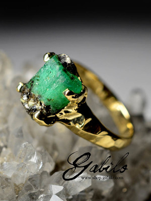 Made to order: Men's ring with raw emerald in gold