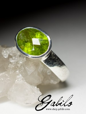 Ring with chrysolite in silver