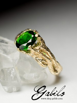 Gold ring with chrome diopside