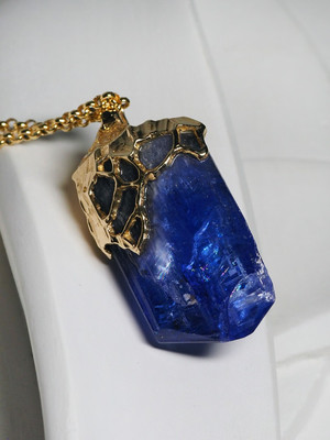 Men's tanzanite gold pendant