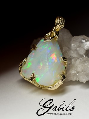 Gold pendant with opal