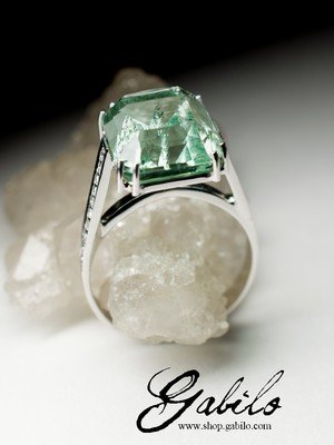 Green beryl and diamonds gold ring