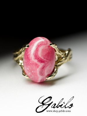 Gold ring with rhodochrosite