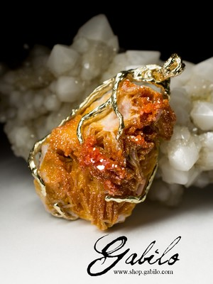 Gold pendant with vanadine on barite
