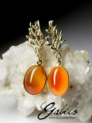 Gold earrings with cornelian