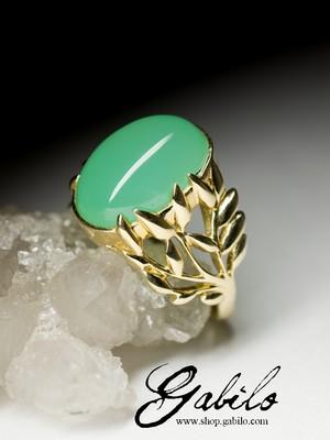 Gold ring with chrysoprase
