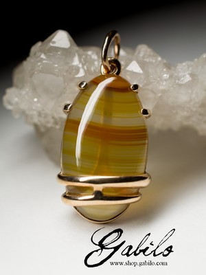Gold pendant with cornelian