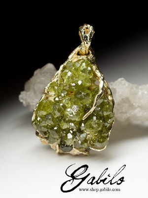 Gold pendant with a demantoid