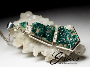 Large silver suspension with dioptase