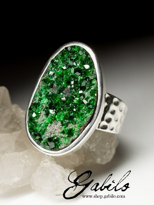 Men's ring with uvarovite in silver