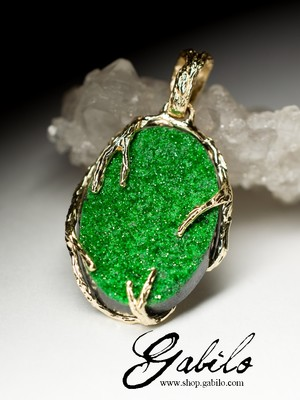 Gold pendant with uvarovite