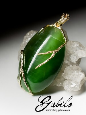 Gold pendant with jade