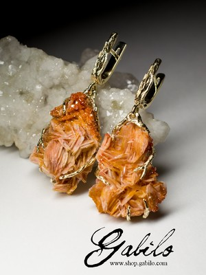 Gold earrings with vanadinite
