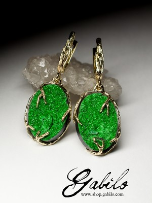 Gold earrings with uvarovite