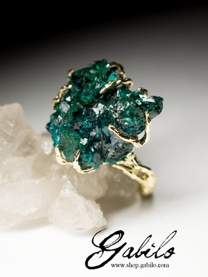 Gold ring with dioptase