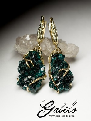 Gold earrings with dioptase