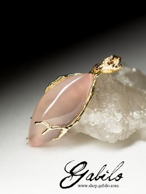 Gold pendant with pink quartz