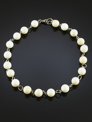 Beads of white mother-of-pearl
