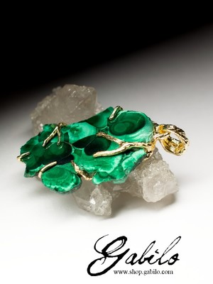 Gold pendant with Ural malachite