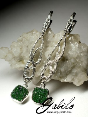 Long earrings with uvarovite