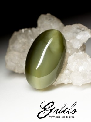 Cabochon jade with the effect of a cat's eye 24.6 carats