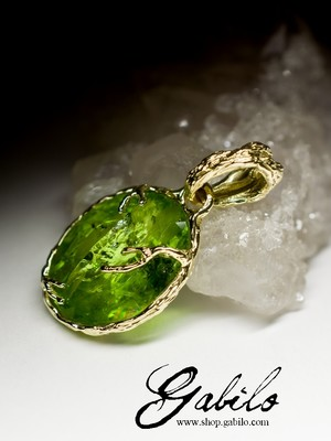Gold pendant with chrysolite