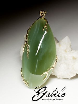 Large gold pendant with jade with certificate